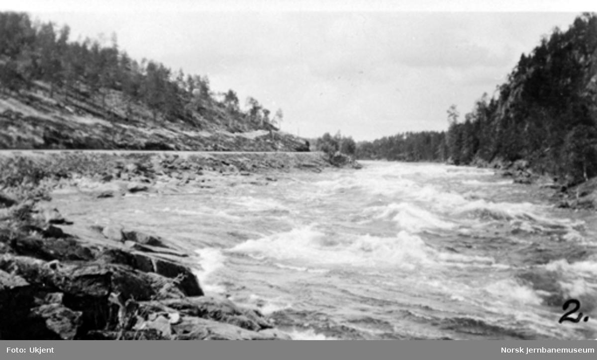 Parti med elva og banen nord for Iveland stasjon; hvor Gåseflå dam ble bygget