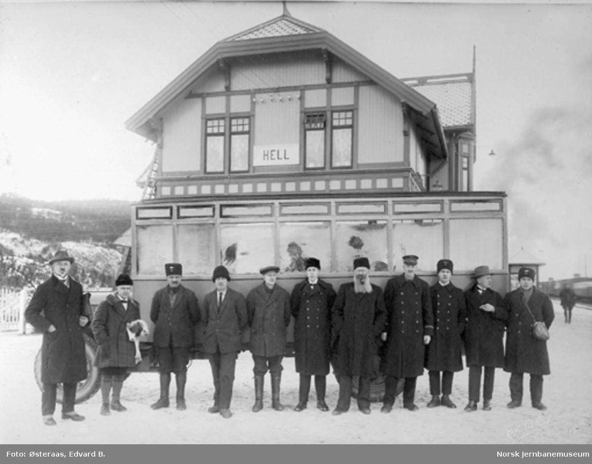 Første rutebil til Selbu utenfor stasjonsbygningen på Hell