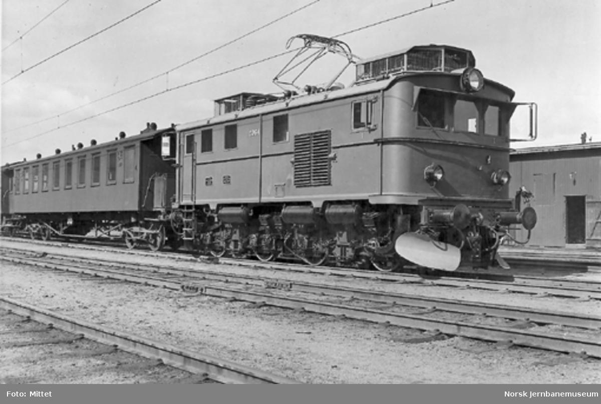 Elektrisk lokomotiv El 9 nr. 2064 sammen med en vogn litra Co4a