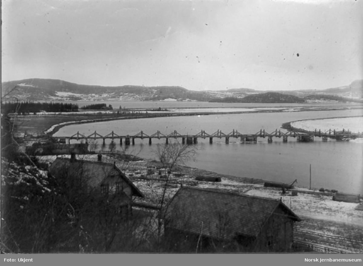 Gamle Hell stasjon med fundamenteringsarbeider for jernbanebrua i bakgrunnen