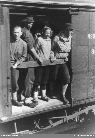 Notodden stasjon under påsketrafikken : reisende i godsvogner