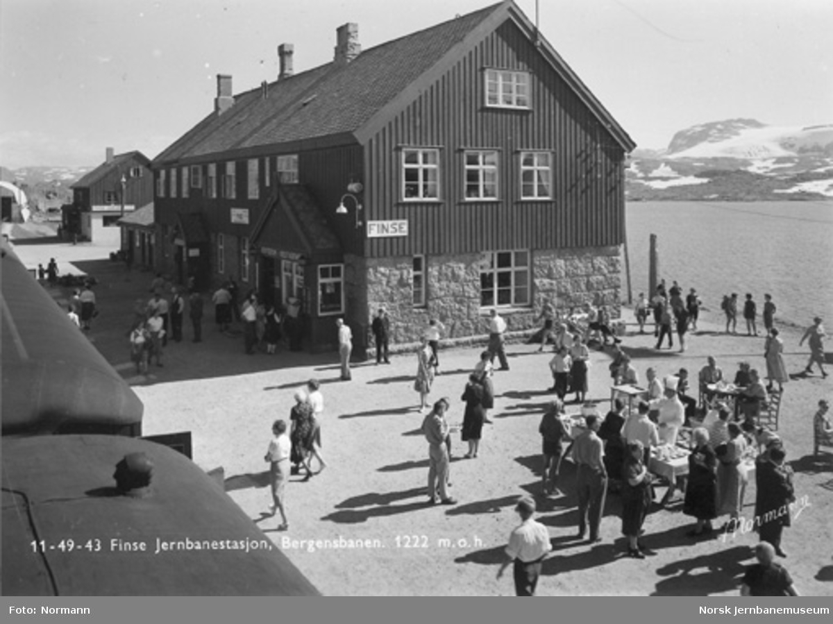 Finse stasjon med reisende og servering på plattformen