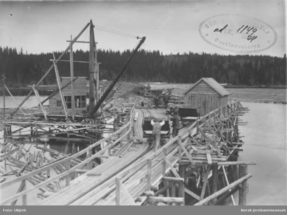 Bru over Snåsavatnet : oversiktsbilde, støping av fundament for nordre landkar