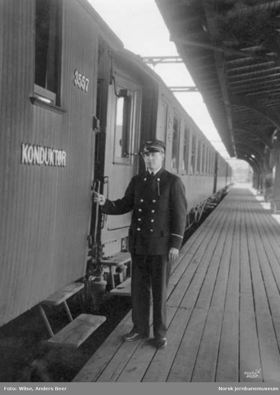 Konduktør utenfor konduktørvogn nr. 3557