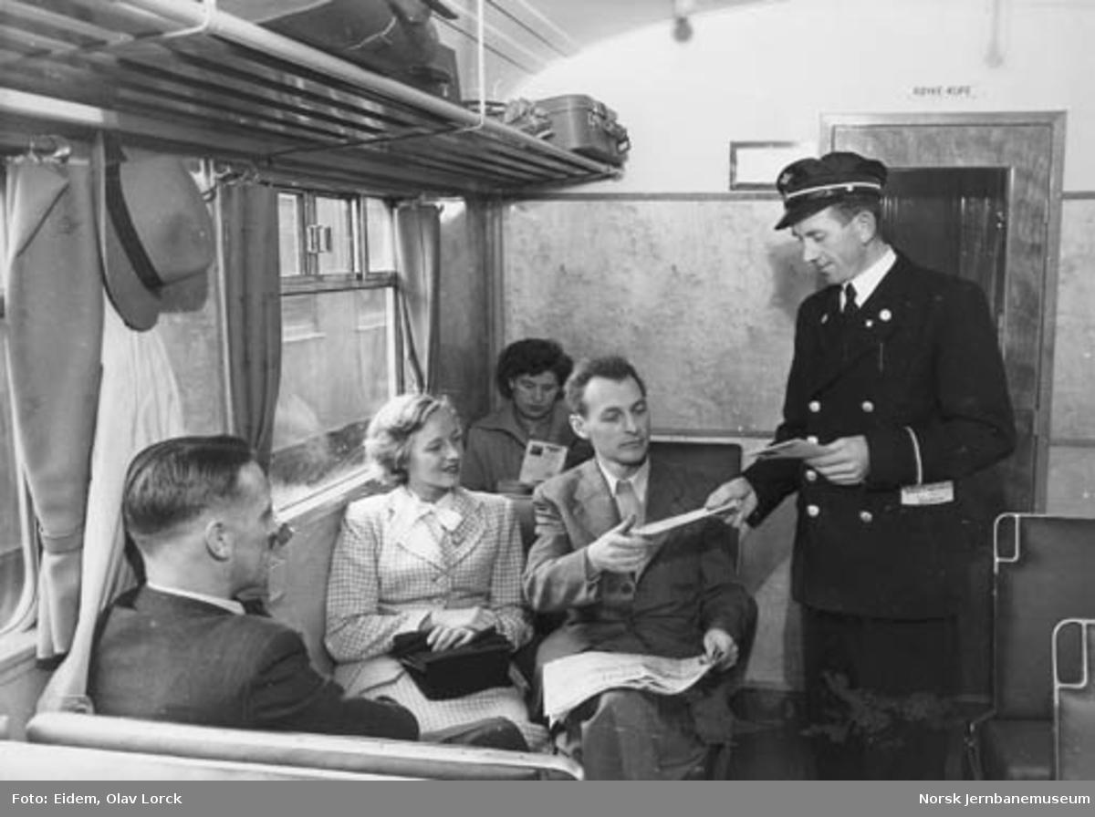 Konduktør og reisende i styrevogn type 86