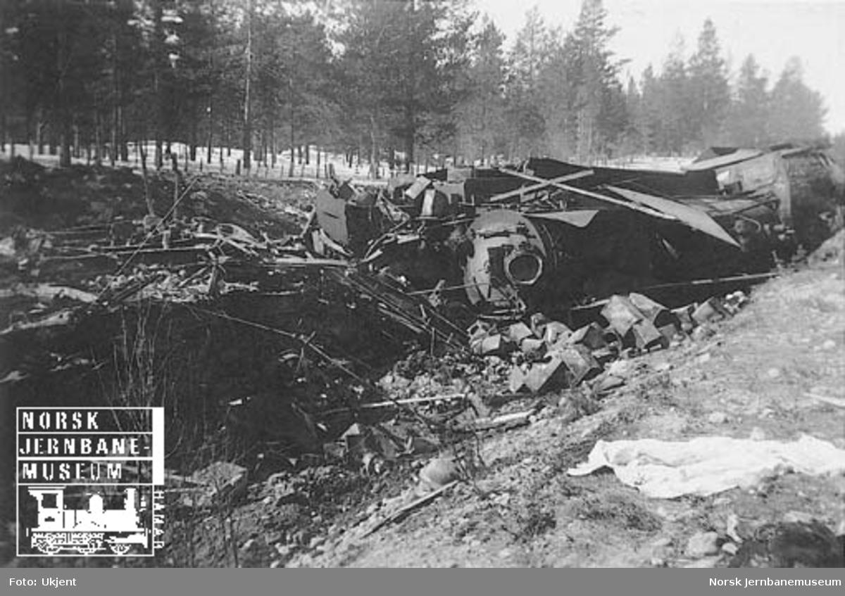 Avsporet damplokomotiv, trolig type 26c nr. 435, mellom Lesjaskog og Lesjaverk