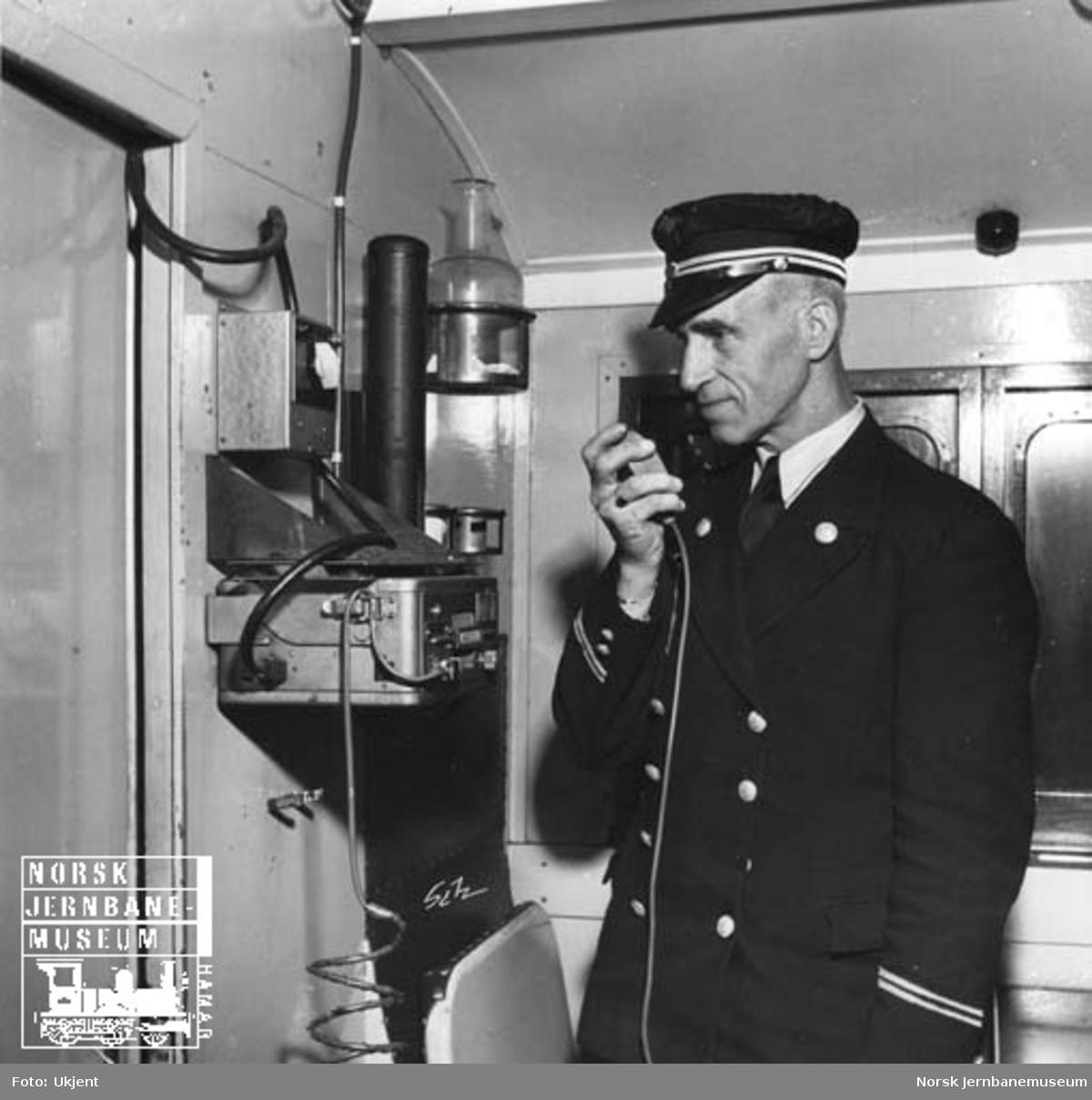 Radiotelefoni i Meråkerbanens godstog : lokomotivfører og konduktør bruker utstyret