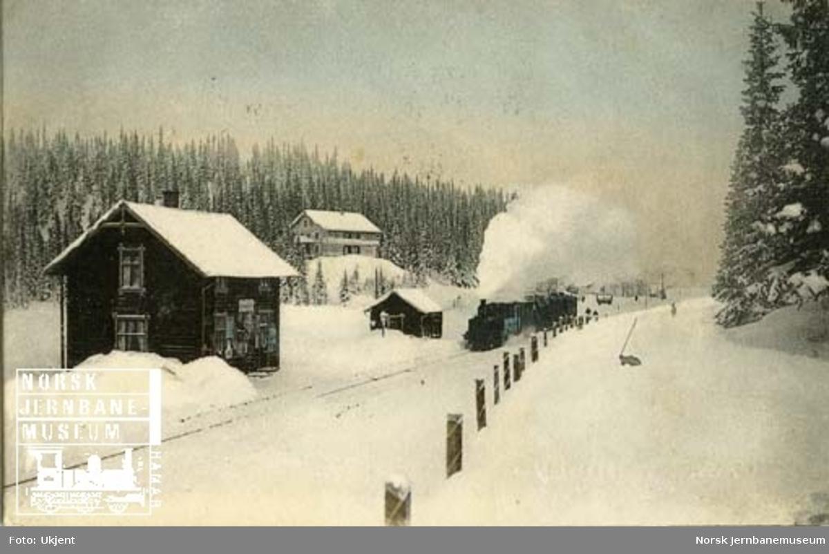 Tonsåsen stasjon, vinterbilde med ankommende tog i retning Fagernes