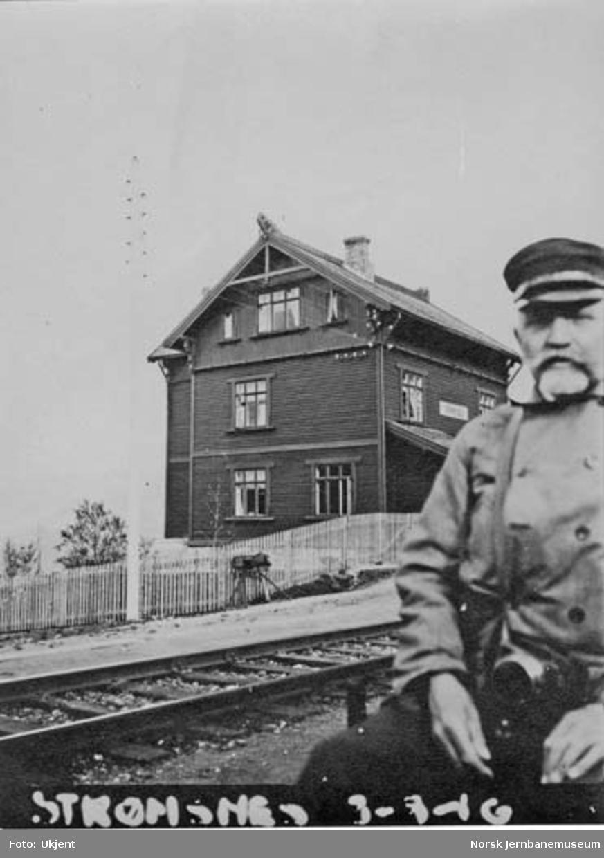 Straumsnes (Strømsnes) stasjon med en banevokter i forgrunnen