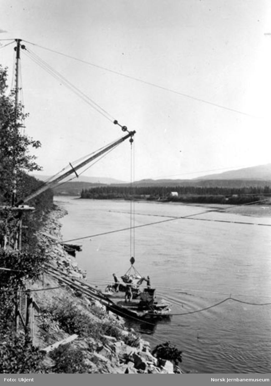 Bru over Namsen ved Bertnem : innlasting på fergen i forbindelse med støping av nordre pillar