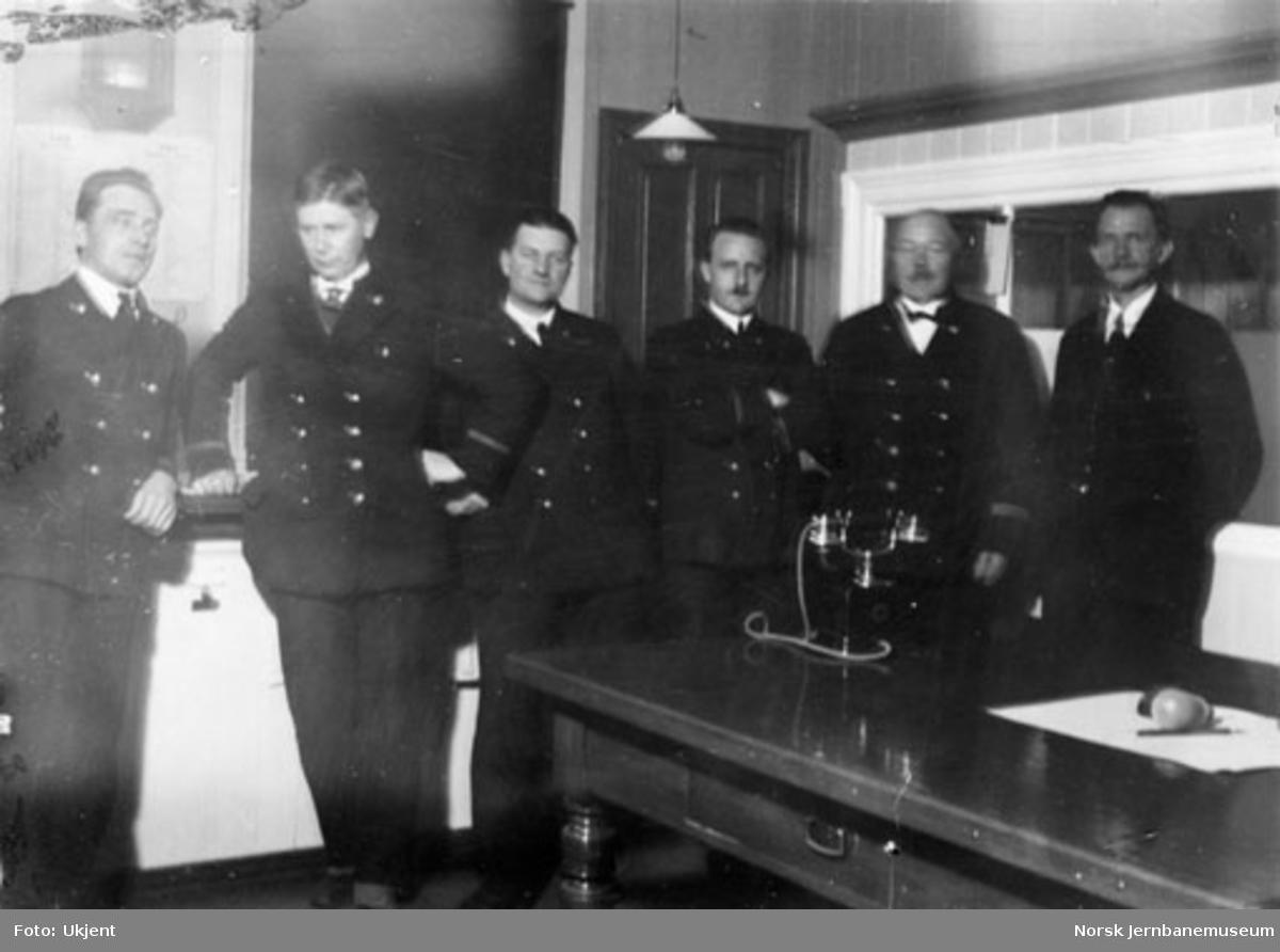Gruppebilde av noen av personalet på godsekspedisjonen på Hamar stasjon