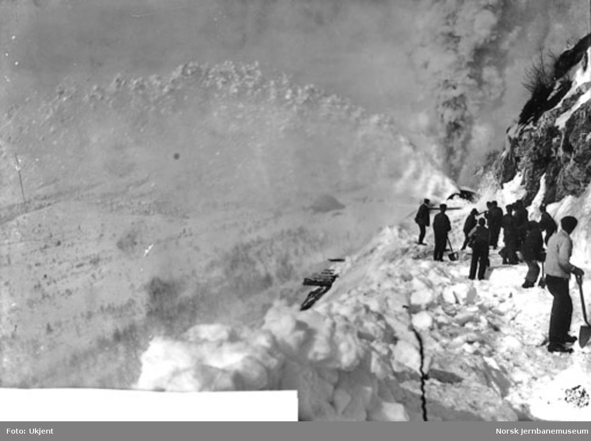Roterende snøplog i arbeide vest for Kleivane tunnel våren 1908 med Solbakken vokterbolig i bakgrunnen