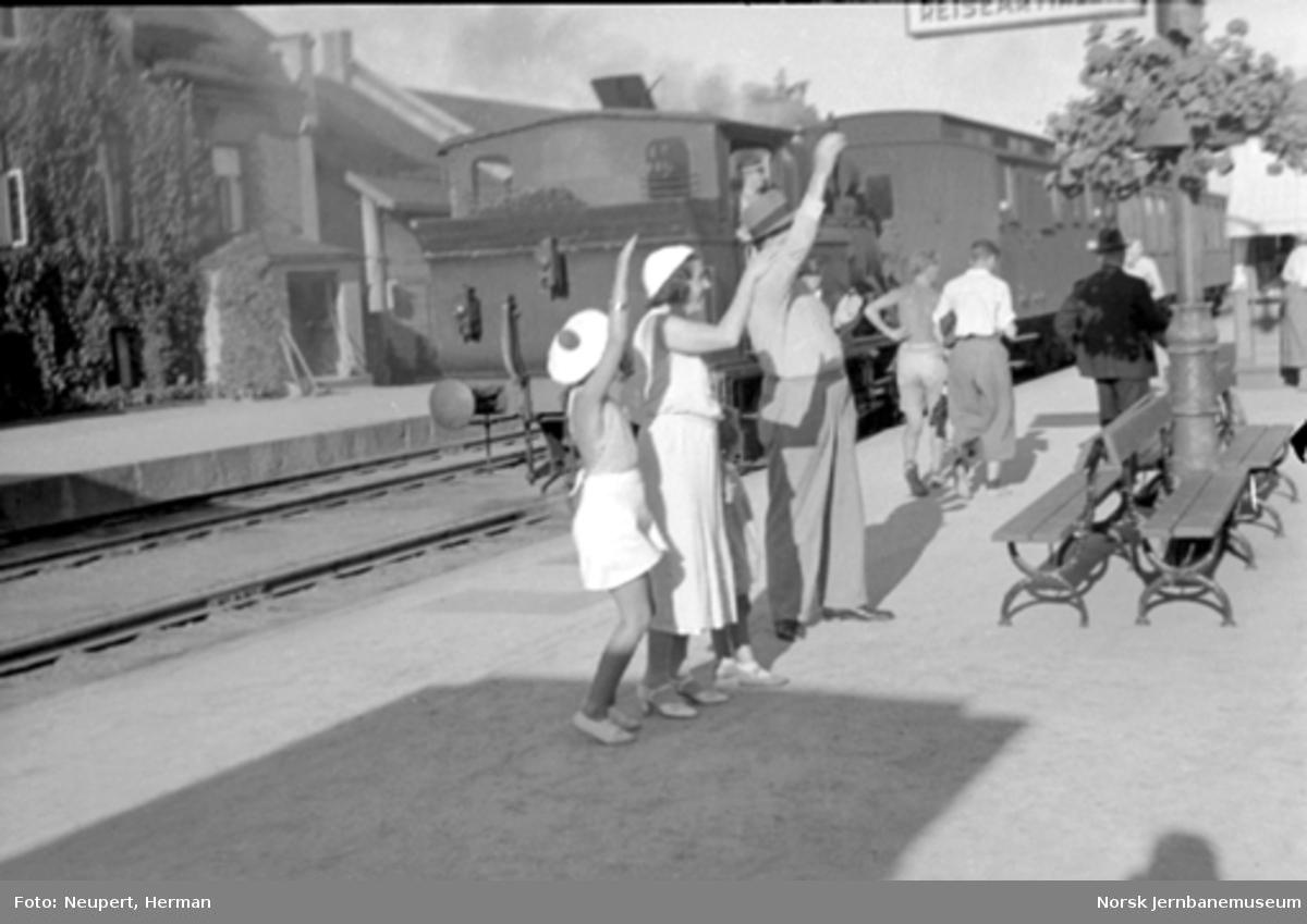Vinkende reisende på Hamar stasjon