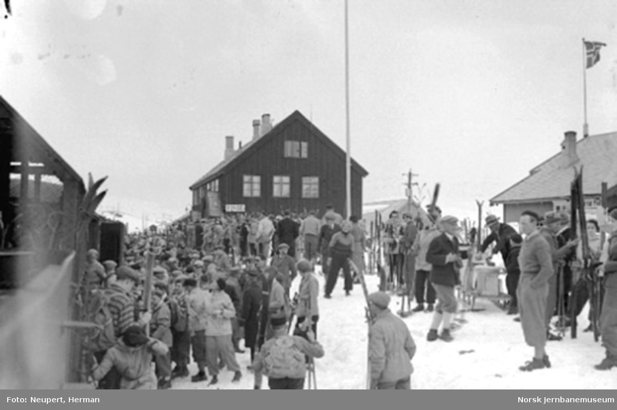 Skiturister ankommer Finse stasjon, utlasting av ski