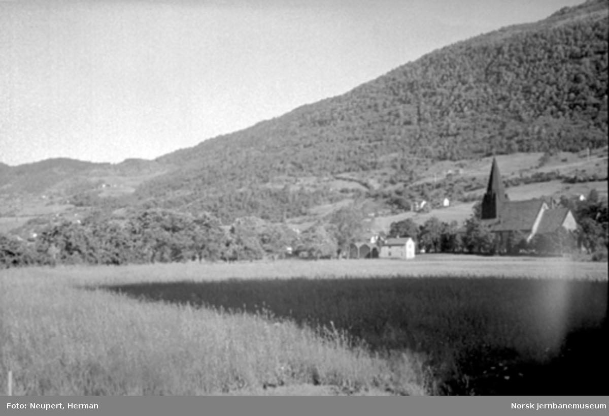 Parti fra Voss med kirken i bakgrunnen