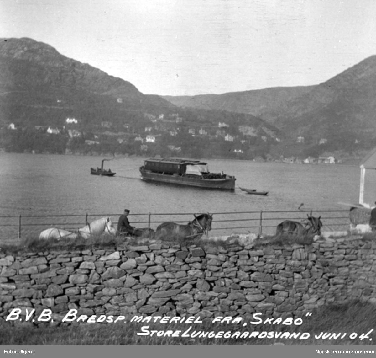Dampbåt med lekter, lastet med to personvogner, på Store Lungegårdsvann