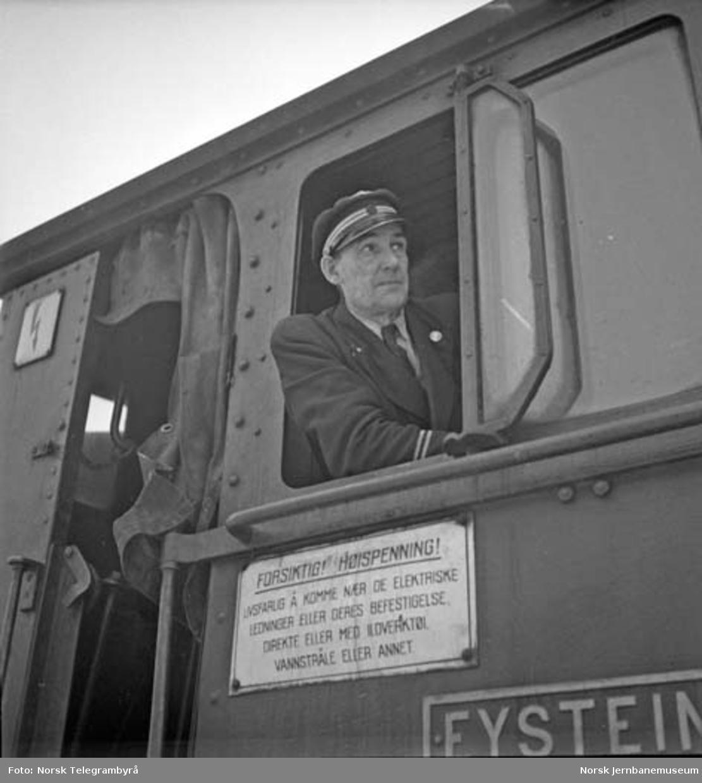 """Snørydding på Nelaug og Treungenbanen : lokomotivfører på damplokomotivet type 9a nr. 115 """"Eystein"""""""
