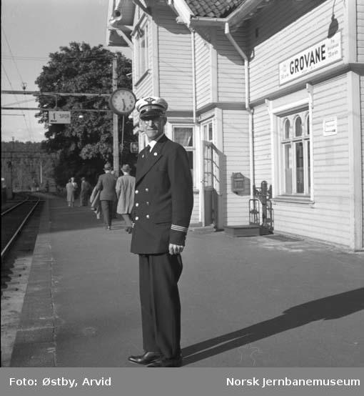 Stasjonsmester Arthur J. Johnsen på Grovane stasjon