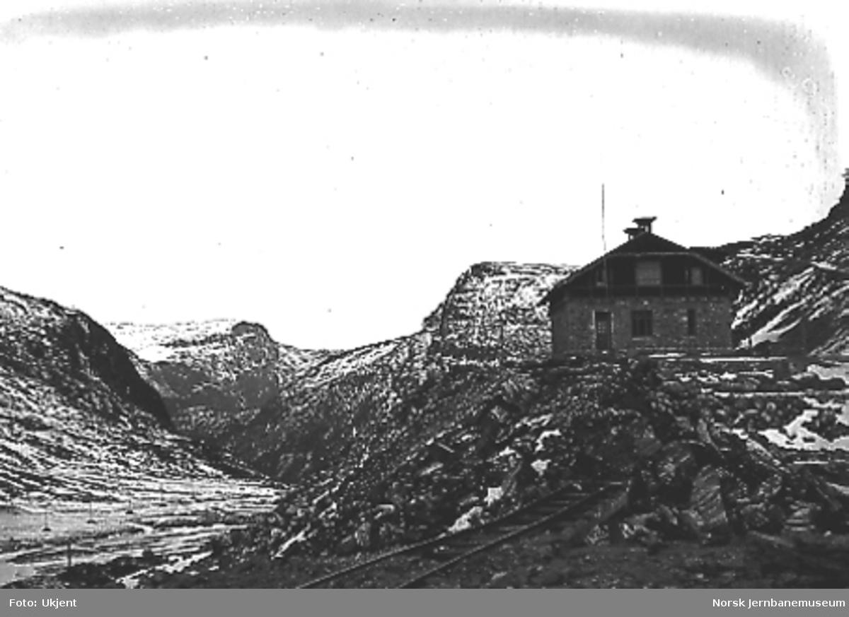 Stasjonsanlegget på Myrdal under arbeid, ferdig stasjonsbygning i bakgrunnen