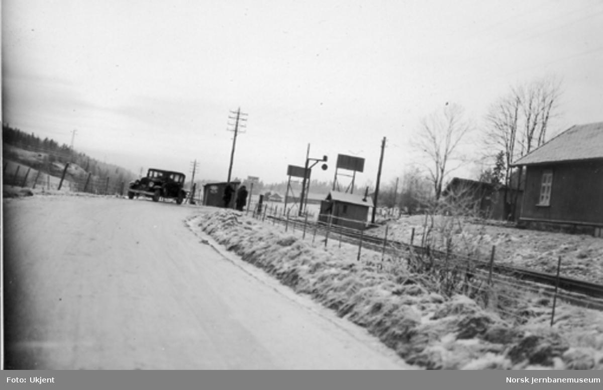 """Planovergang med """"flaggmann""""-varselsignal, trolig Smørbekk på Østfoldbanen"""