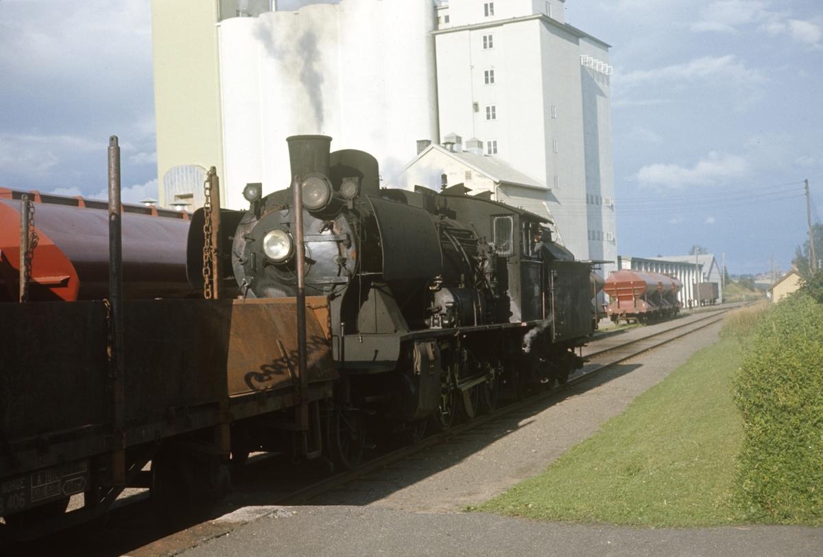 Skifting med damplok type 24b nr. 264 på Lena stasjon.