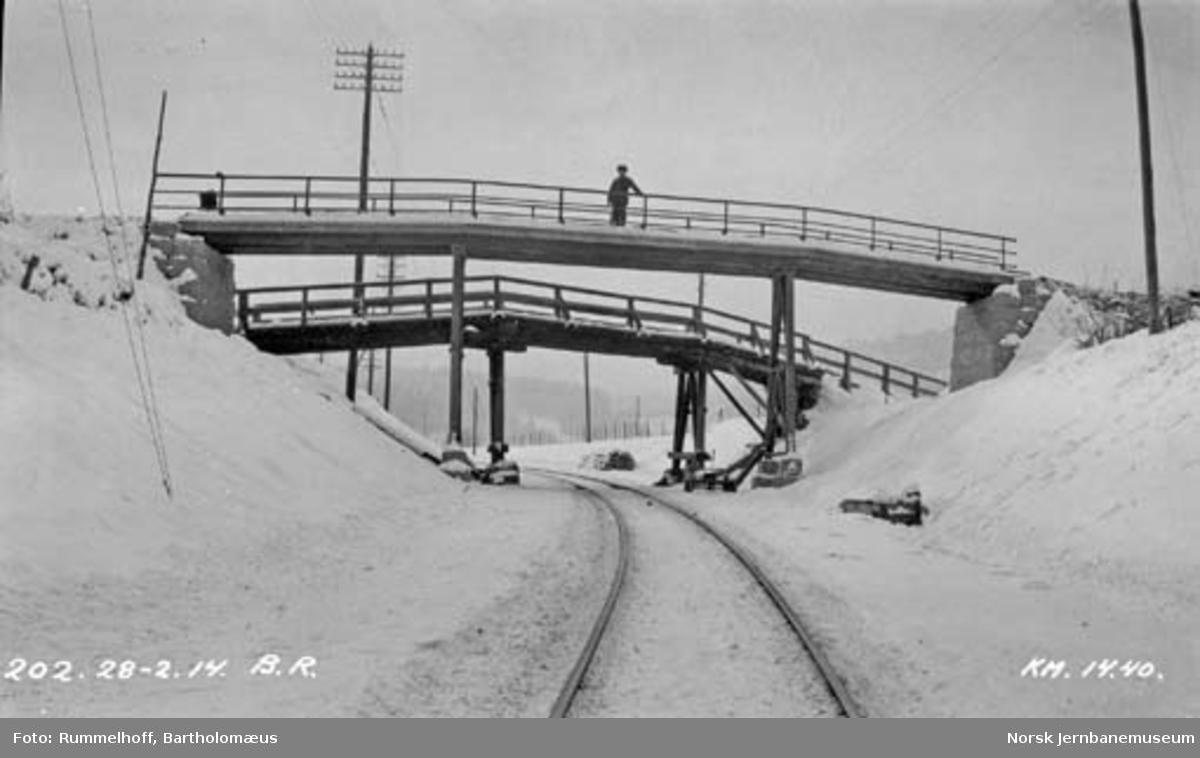 Gammel og ny overgangsbru på Drammenbanen, km 14,40