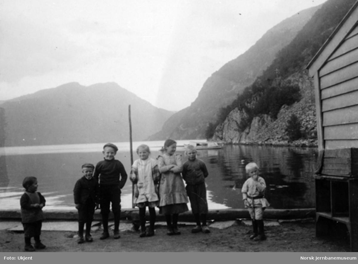 Barn på Trengereid stasjon