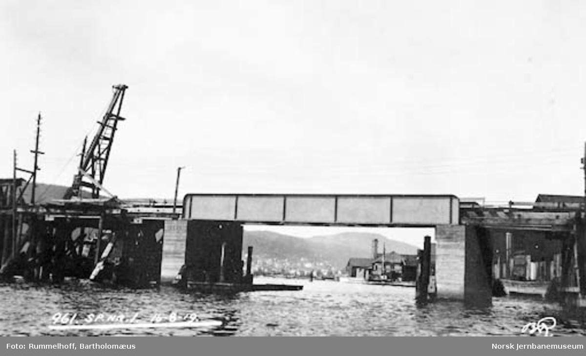 Drammensbruene : Bragerøløpet med nytt spenn nr. 1 innlagt