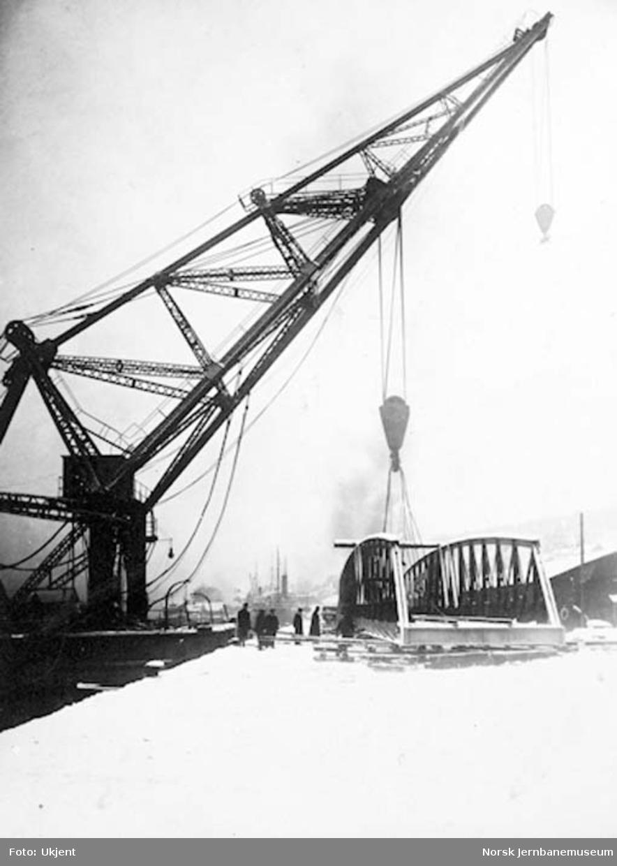 Drammensbruene : Strømsøløpet, transport av svingspennet med Marinens flytekran