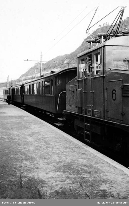 Persontog på Orkanger stasjon med elektrisk lokomotiv nr. 6