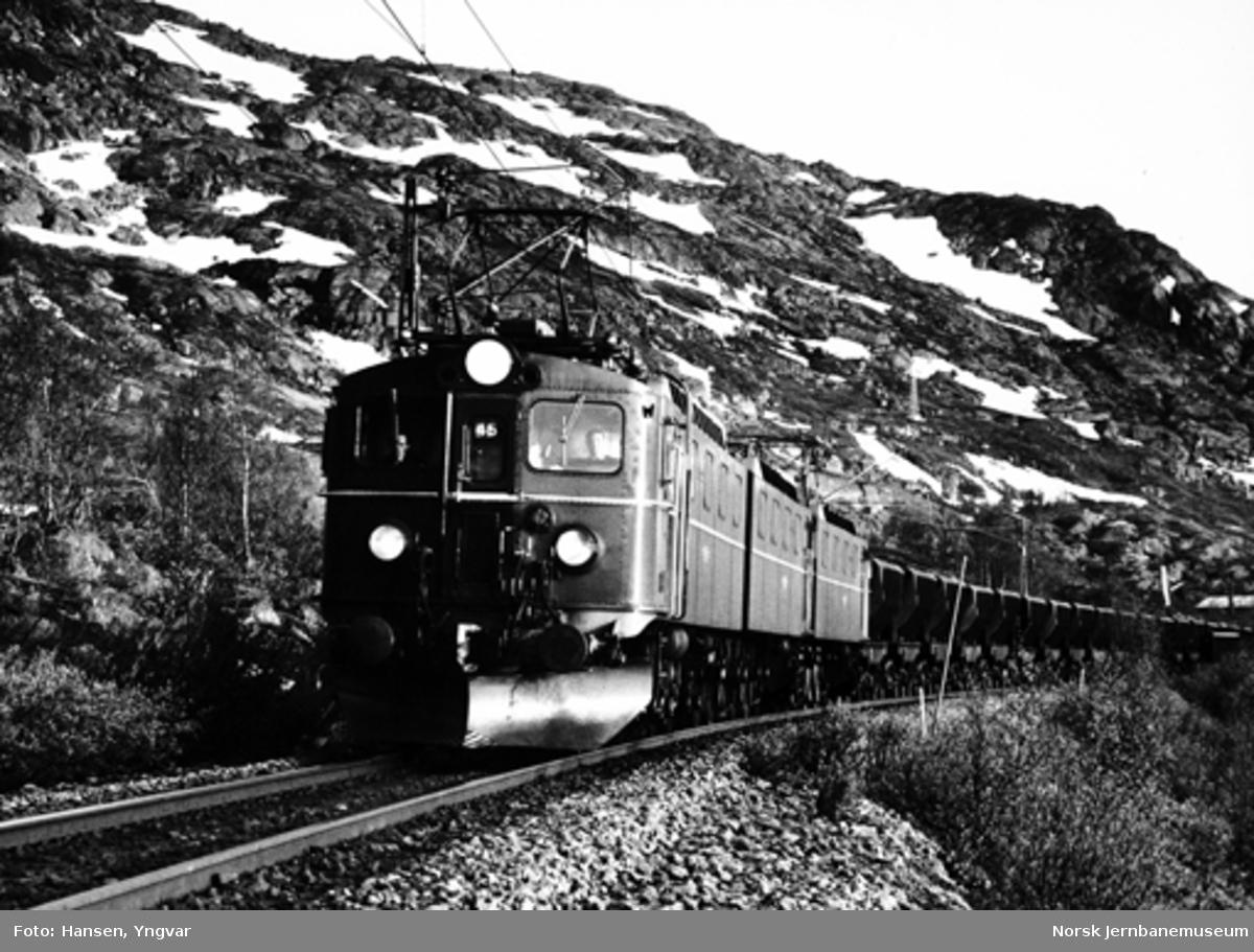 Elektrisk lokomotiv El 12 med malmtog like øst for Riksgränsen holdeplass