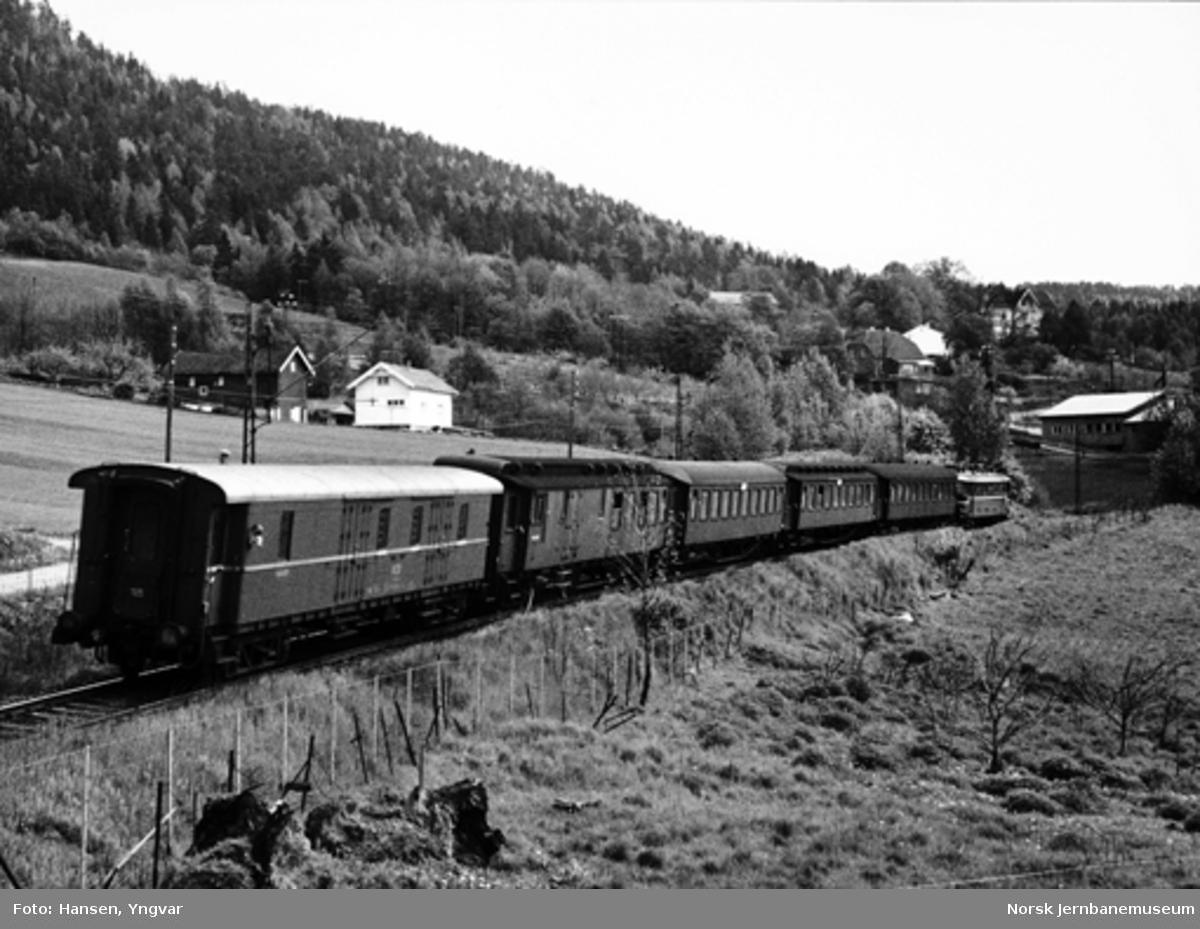 Persontog fra Drammen til Oslo med elektrisk lokomotiv og personvogner