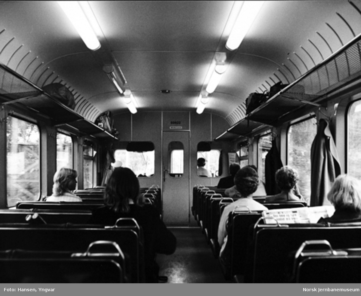 Interiørbilde fra styrevognen i et motorvognsett type 69B, på veg fra Drammen til Kongsberg