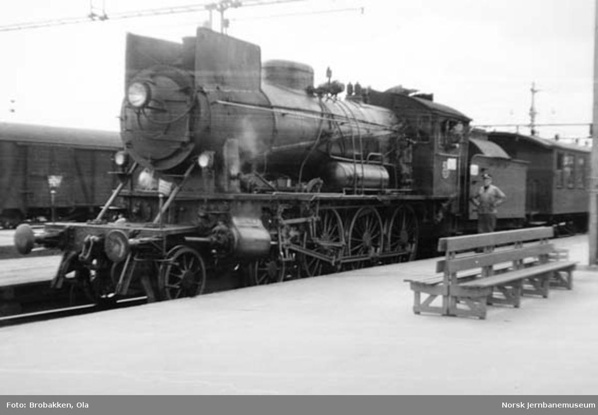 Damplokomotiv type 30a nr. 271 foran tog 374 Rena-Oslo på Hamar stasjon