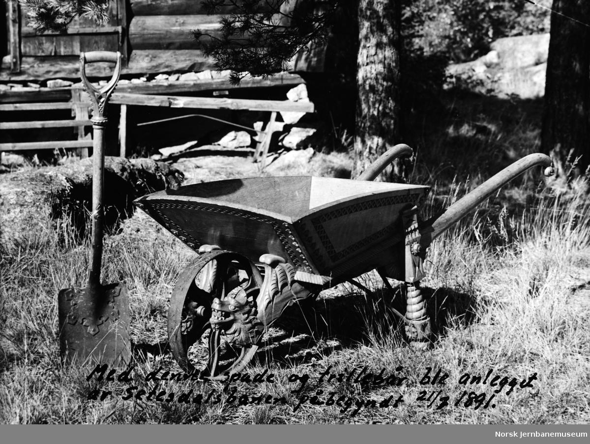 Dekorert trillebår og spade brukt ved anleggsstart på Setesdalsbanen 21. juli 1891