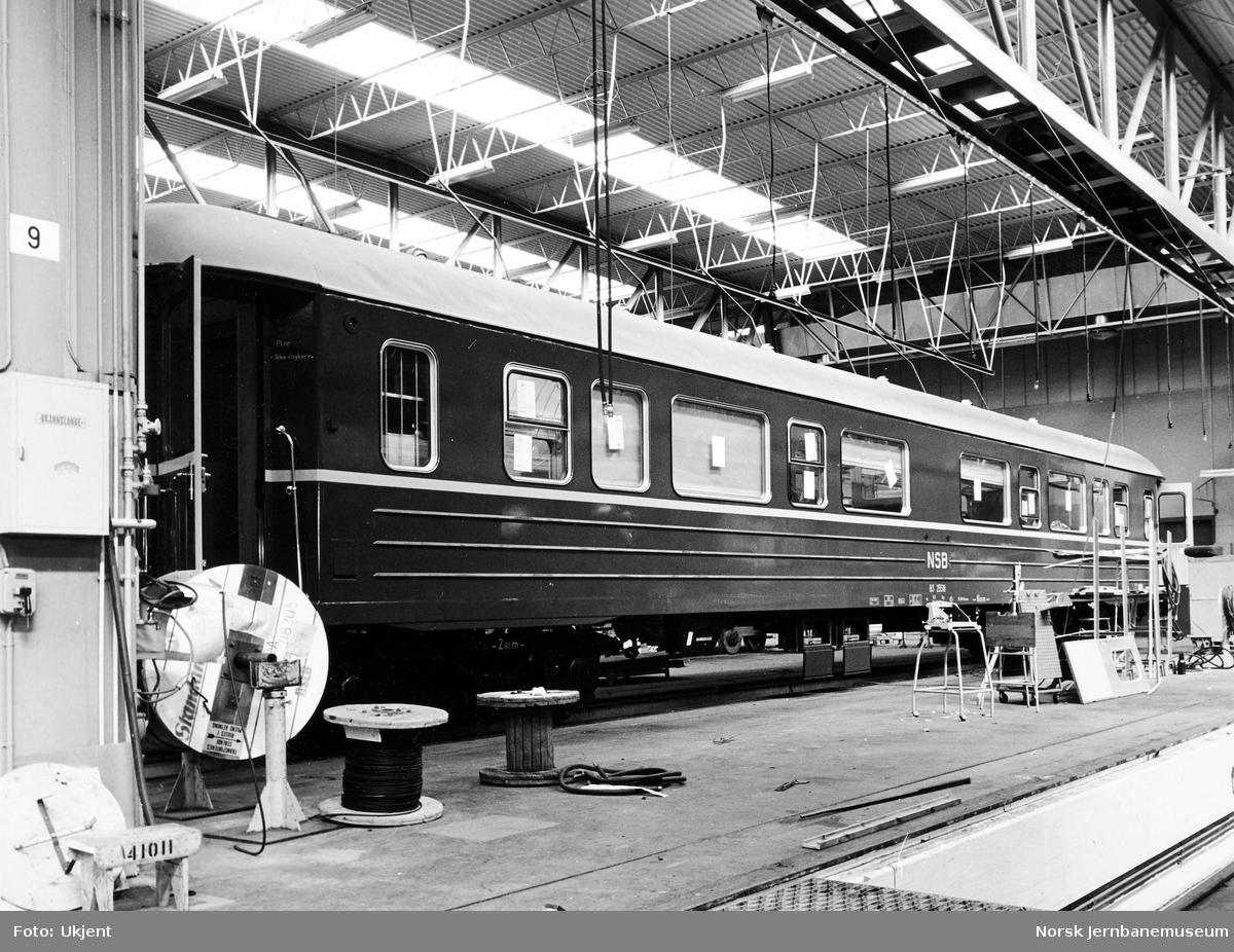 Verkstedet Grorud med personvogn B3 25518 under modernisering