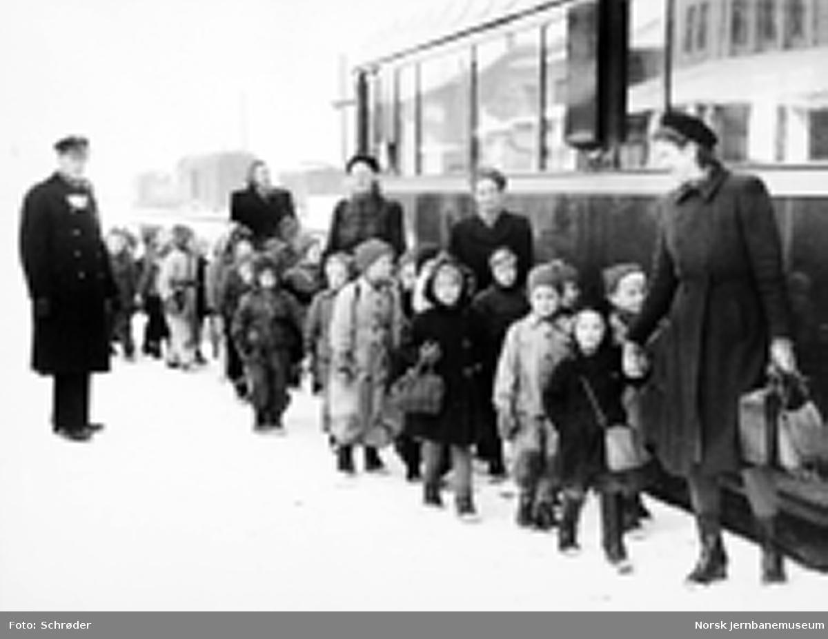 Midtbyen barnehage på togtur fra Trondheim til Melhus