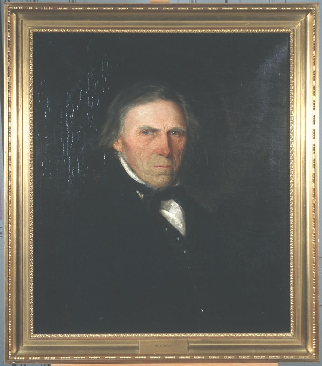 Portrett av Ole Illerød. Mørk drakt, vest og halsbind. Hvit skjorte.