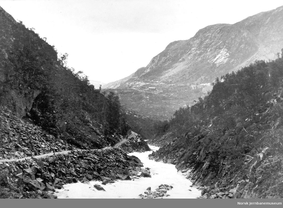 Anleggsvegen i Øvre Hundalen med utsikt mot Norddalen