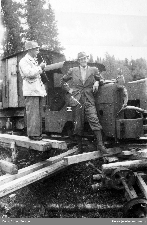 Ingeniørene Linjordet og Aune fremfor et Demag-anleggslokomotiv
