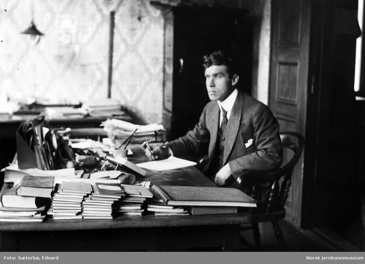 Avdelingsingeniør Kolbjørn Romstad på Raumabaneanlegget i sitt kontor i det tidligere Ormheim Hotel