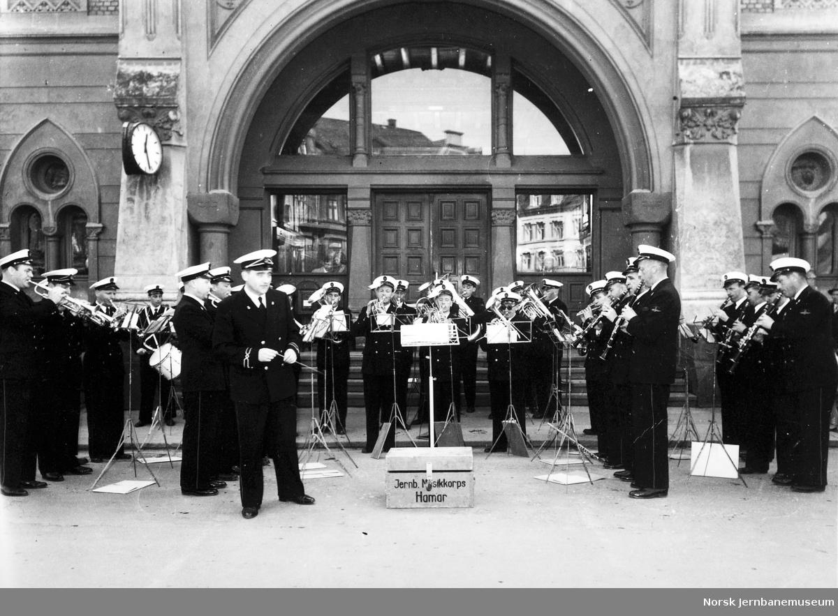 Jernbanens musikkorps i Hamar spiller på stasjonen 17. mai 1958