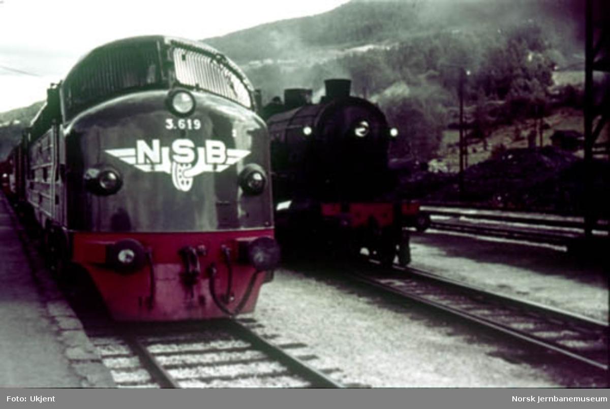 NSB diesellok Di 3 619, trolig som nytt, foran østgående tog på Voss stasjon ved siden av damplokomotiv