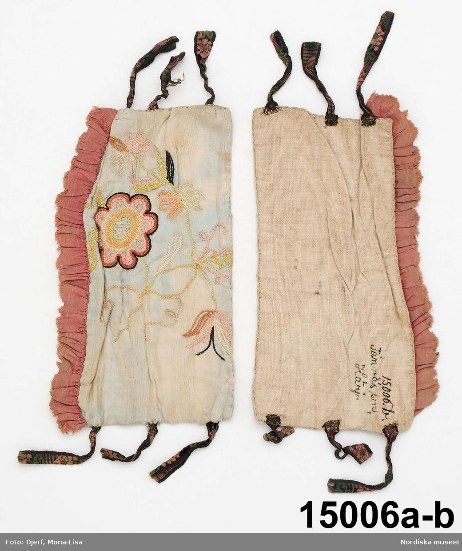 Av randvävt ljusblått siden med blomsterbroderi i tambursöm med flera färger silke, broderiet är av samma typ som på bindmössor. Foder av oblekt linnelärft. I framkanten ett dubbelt rynkat rödrosa sidenband. Knytband av blommönstrade band i rosa och grönt silke på svart sammetsbotten. Blekta och flammiga.  Berit Eldvik 2004
