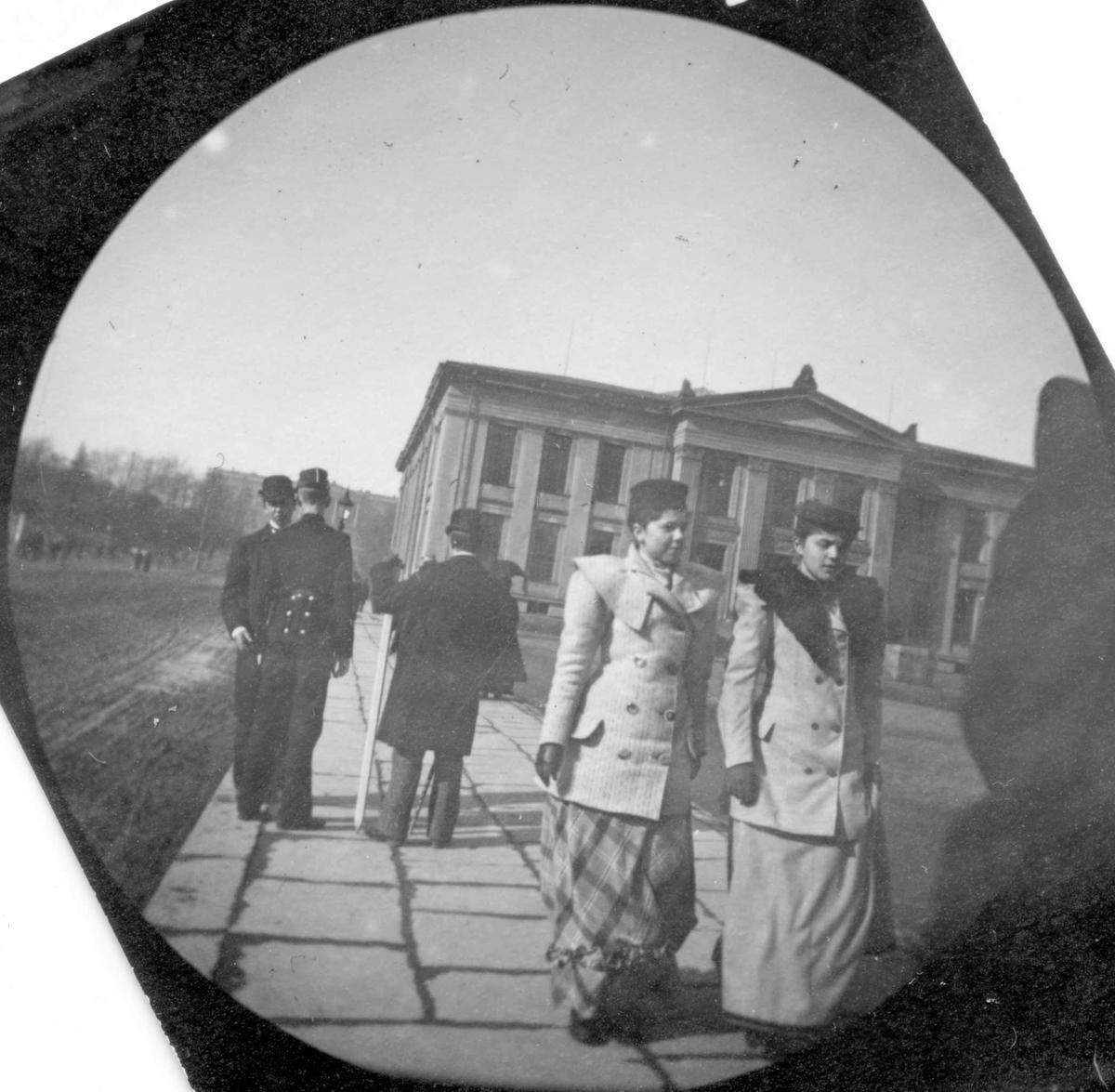 To damer og tre menn på Universitetsplassen, Oslo.