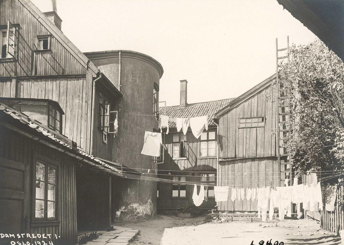 Damstredet 1, Hammersborg, Oslo. Bolighus fotografert fra gårdsplassen. Klesvask. 1924.