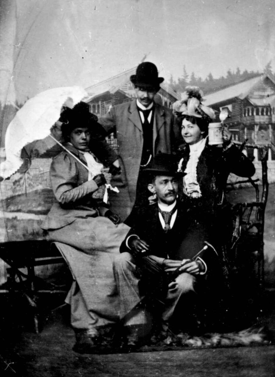 Tur til Holmenkollen.  Ca. 1904   Oslo Frk. Wilhelmine Prydz (m. parasol), hennes forlovede Chr. B. Falck (stående), og et par til.